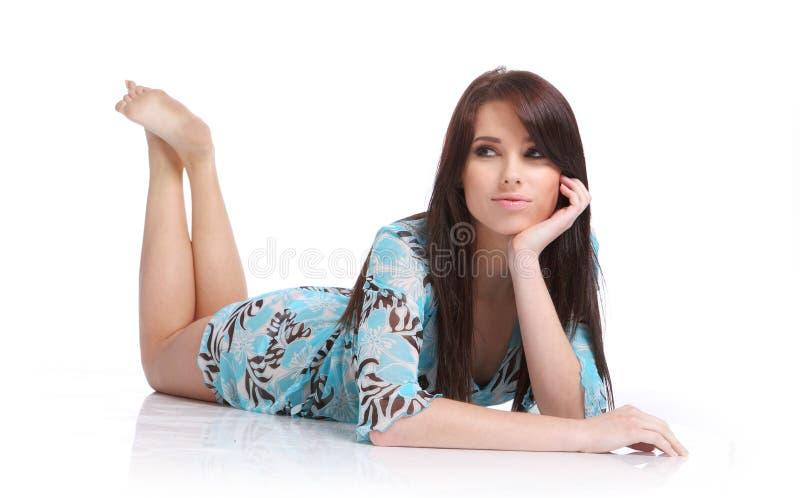Vrouw die op vloer legt. stock foto