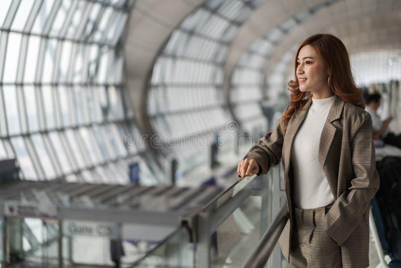 Vrouw die op vlucht in luchthaven wachten royalty-vrije stock afbeeldingen