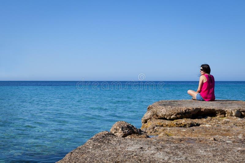 Vrouw die op zee in een Oud Dok kijken royalty-vrije stock foto
