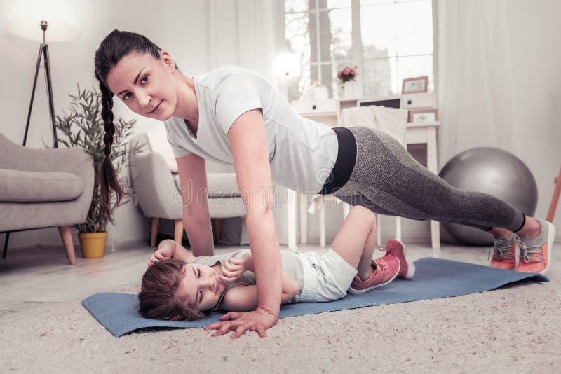 Vrouw die opdrukoefeningen samen met haar dochter doen royalty-vrije stock afbeelding