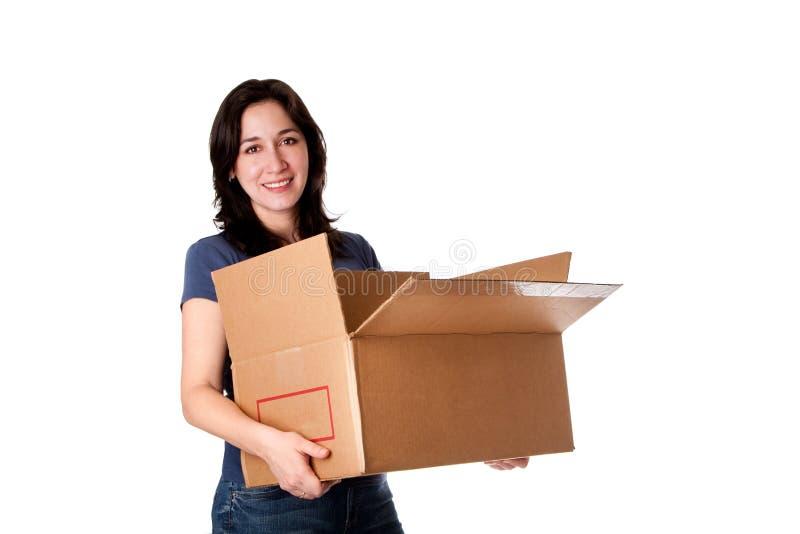 Vrouw die open bewegende opslagdoos draagt stock fotografie