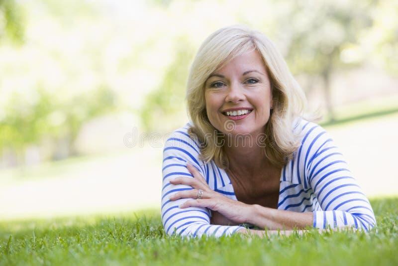 Vrouw die in openlucht het glimlachen ontspant stock afbeeldingen