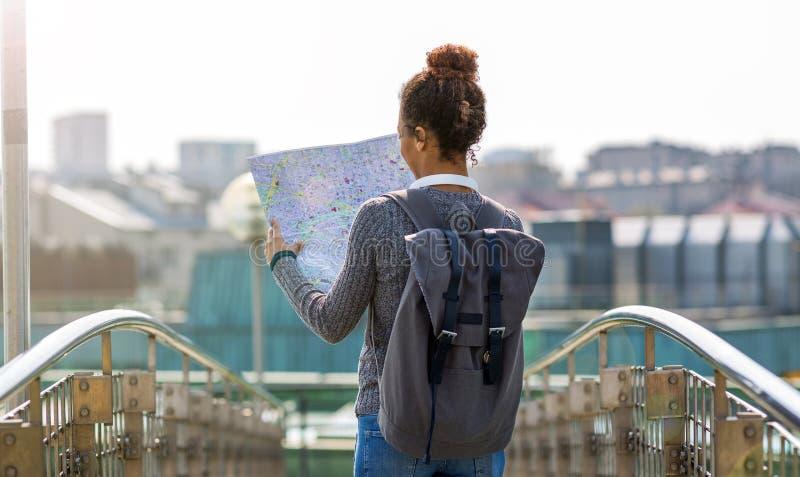 Vrouw die in openlucht kaart houden stock foto's