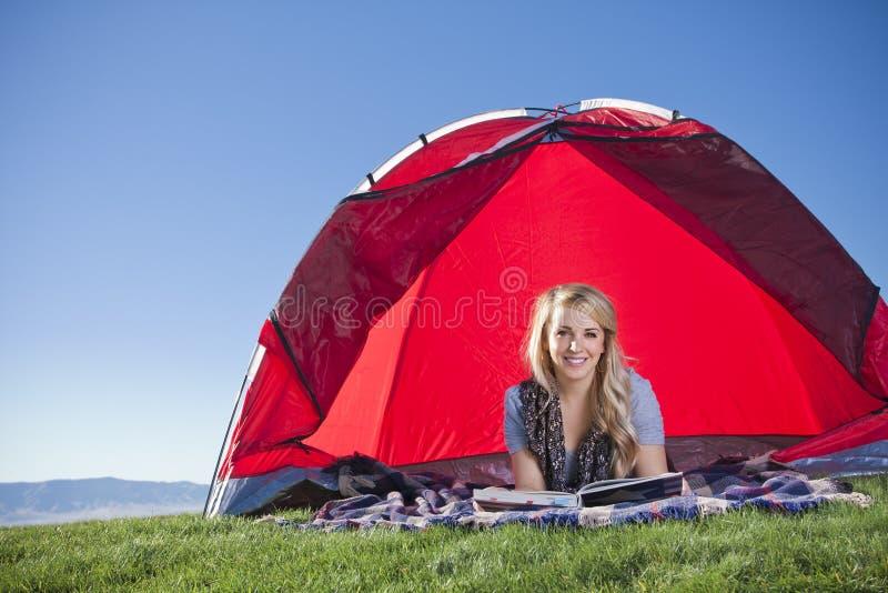 Vrouw die in openlucht kampeert royalty-vrije stock fotografie