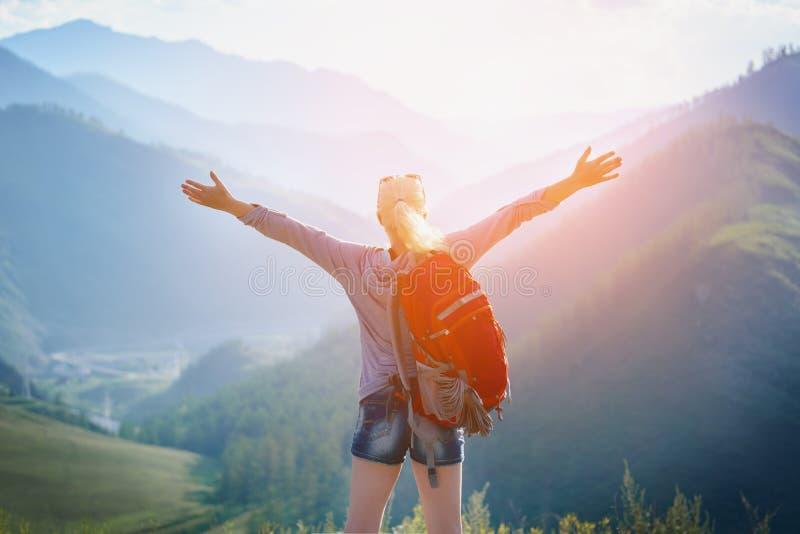Vrouw die in openlucht wandelt Het toerisme van Eco royalty-vrije stock fotografie
