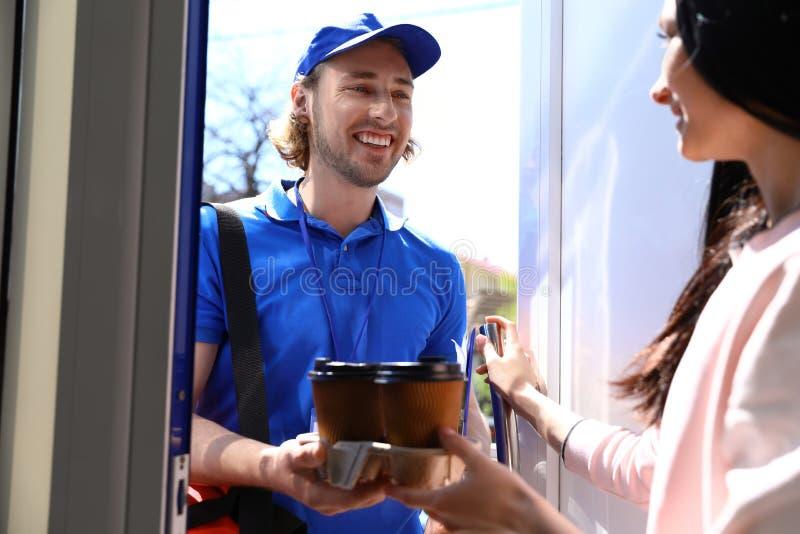 Vrouw die orde van koerier ontvangen bij deur Voedsellevering royalty-vrije stock foto