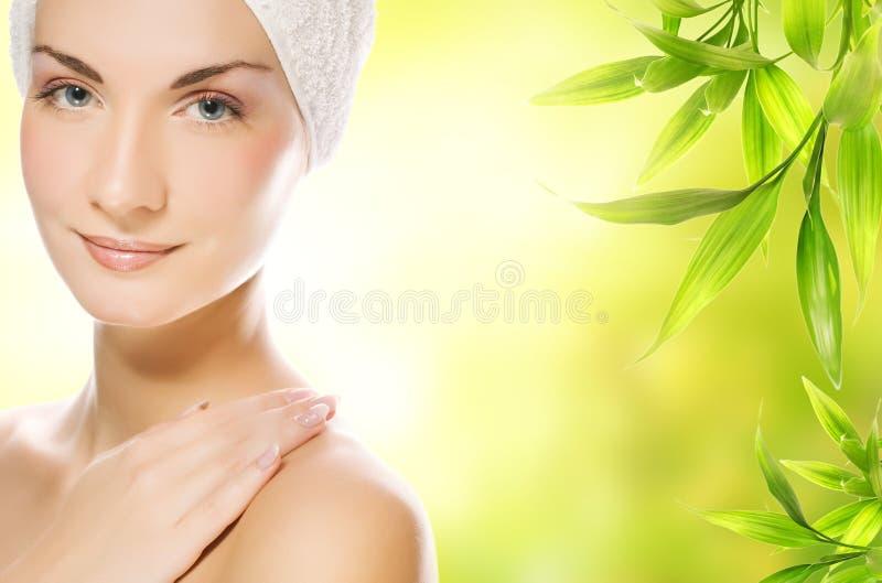 Vrouw die organische schoonheidsmiddelen toepast stock foto