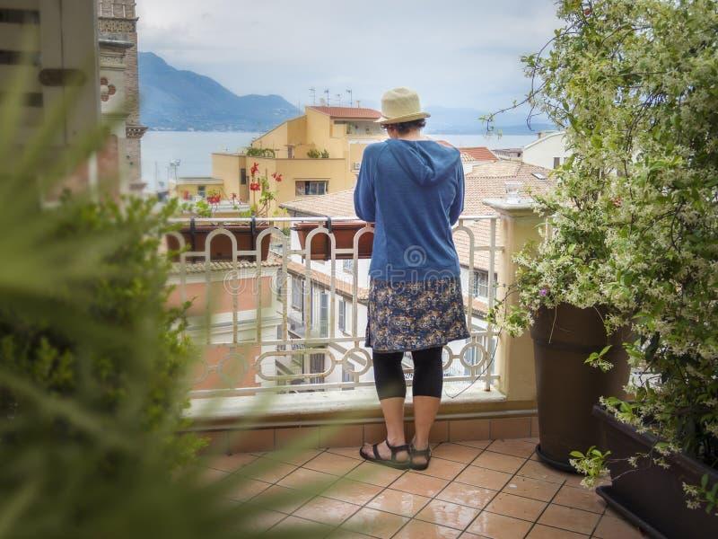 Vrouw die oude eigen daken bekijken royalty-vrije stock foto's