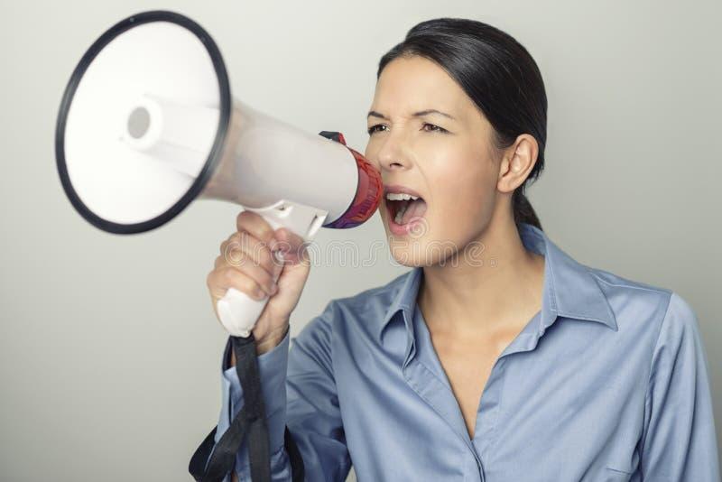 Vrouw die over een megafoon spreken royalty-vrije stock afbeeldingen