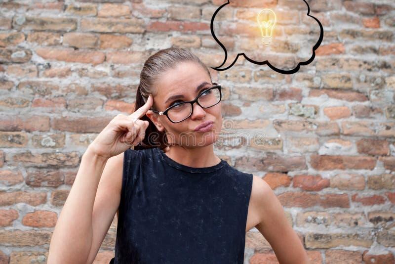 Vrouw die over groot idee dromen stock fotografie
