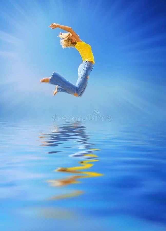 Vrouw die over het water springt stock afbeeldingen