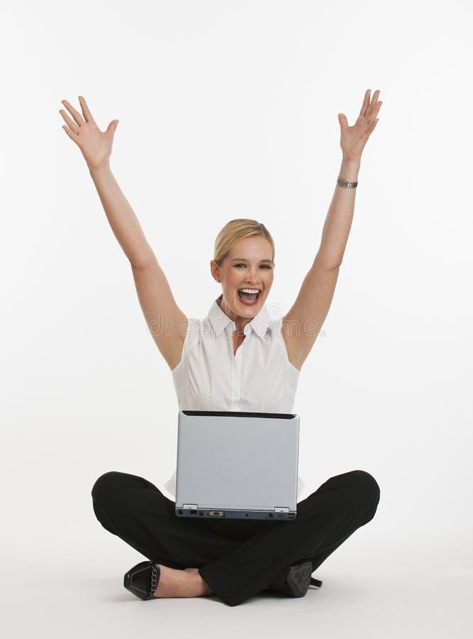 Vrouw die over het zijn op computer wordt opgewekt royalty-vrije stock foto