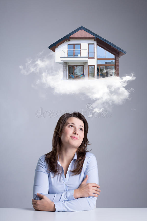 Vrouw die over nieuw huis dromen stock foto's