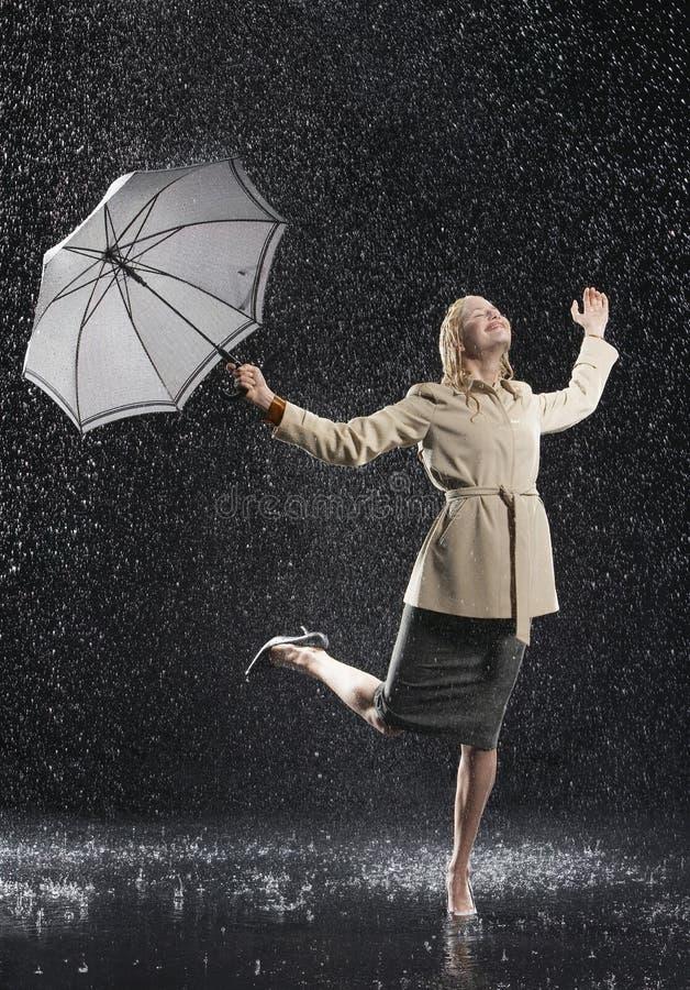 Vrouw die in Overjas met Paraplu van de Regen genieten royalty-vrije stock afbeeldingen