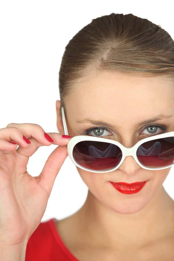 Vrouw die overmaatse zonnebril dragen royalty-vrije stock afbeelding