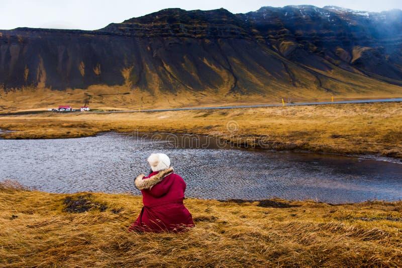 Vrouw die overweldigend Ijslands landschap genieten van royalty-vrije stock afbeeldingen
