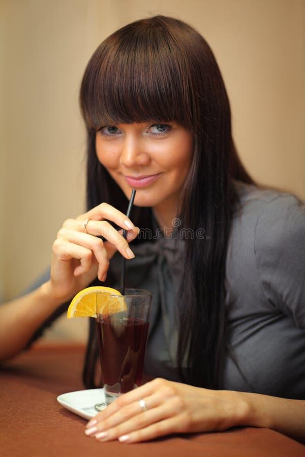 Vrouw die overwogen wijn drinkt. royalty-vrije stock afbeeldingen