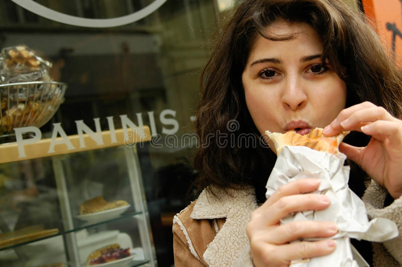 Vrouw die panini eet royalty-vrije stock afbeeldingen