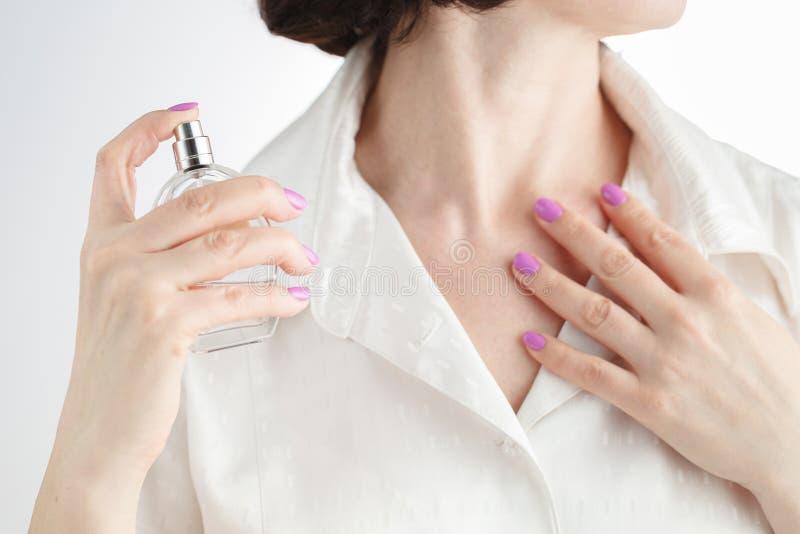 Vrouw die parfum op haar hals toepast royalty-vrije stock foto