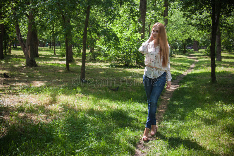 Vrouw die in park lopen royalty-vrije stock afbeelding