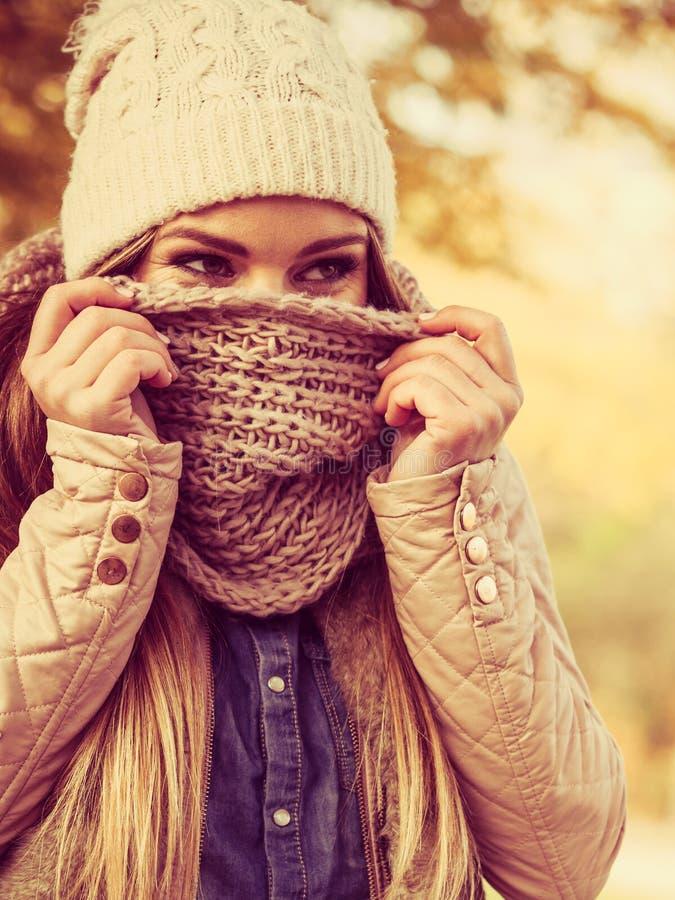 Vrouw die in park lopen die koud voelen royalty-vrije stock afbeeldingen
