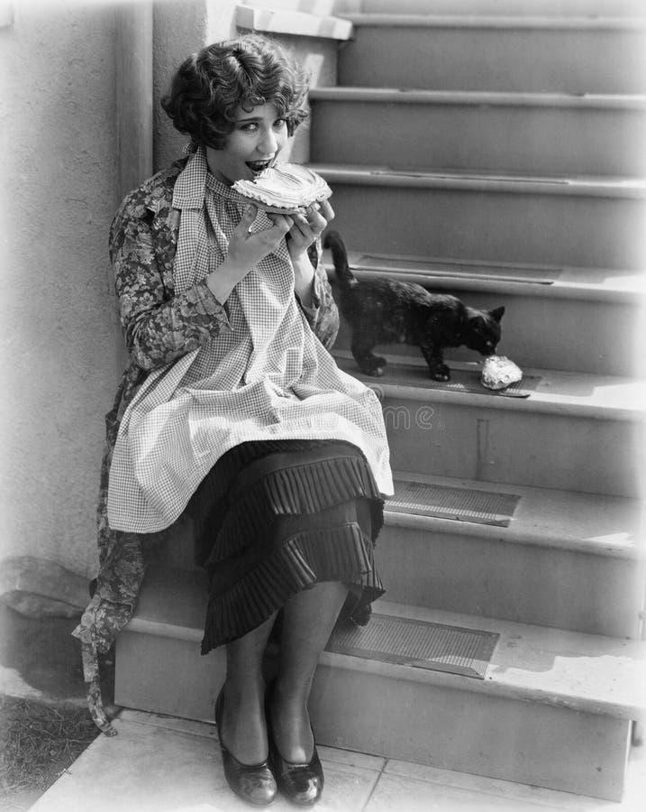 Vrouw die pastei met kat delen (Alle afgeschilderde personen leven niet langer en geen landgoed bestaat Leveranciersgaranties die royalty-vrije stock foto's