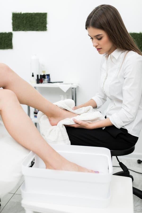 Vrouw die pedicureprocedures krijgen royalty-vrije stock afbeelding