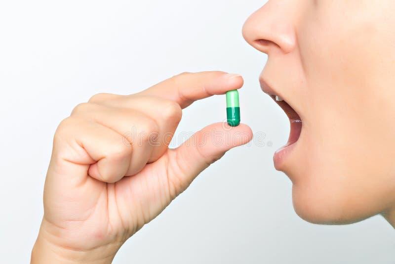 Vrouw die pil neemt stock afbeelding