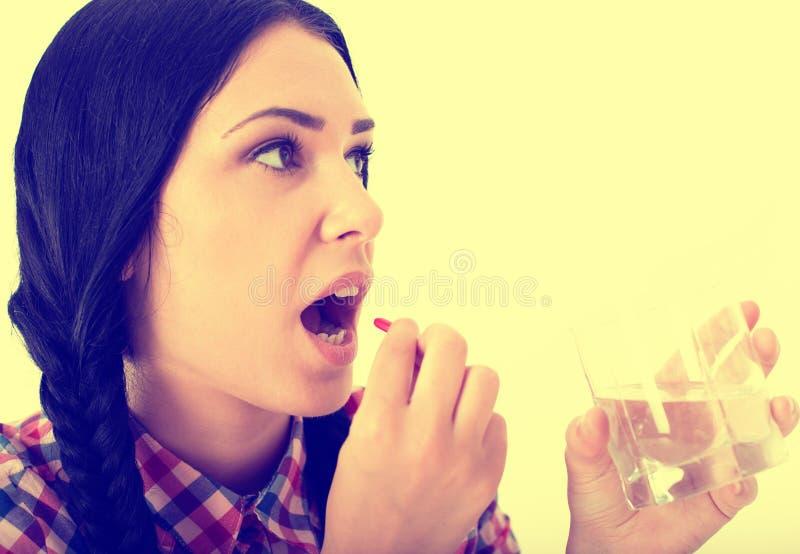 Vrouw die pil neemt stock foto