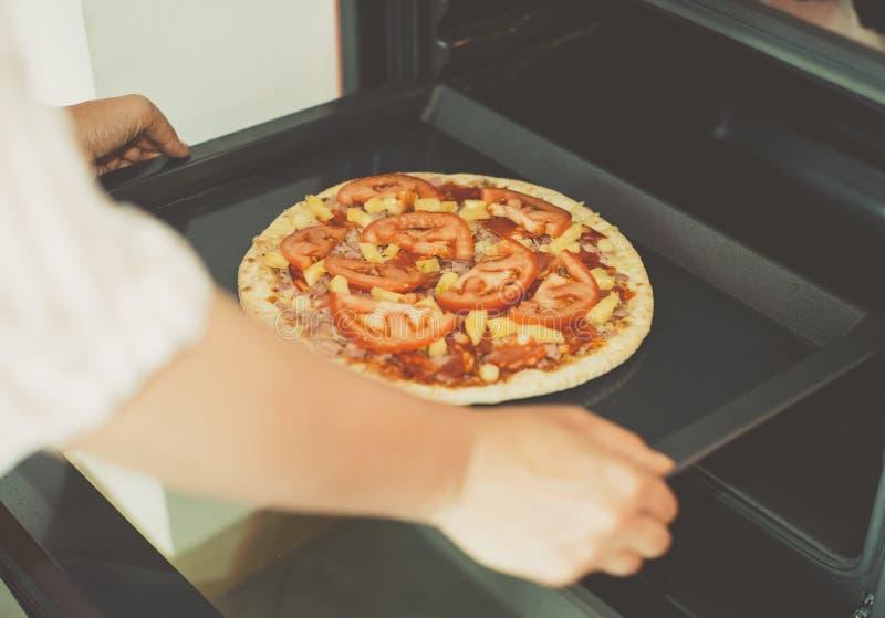 Vrouw die pizza voorbereiden stock foto