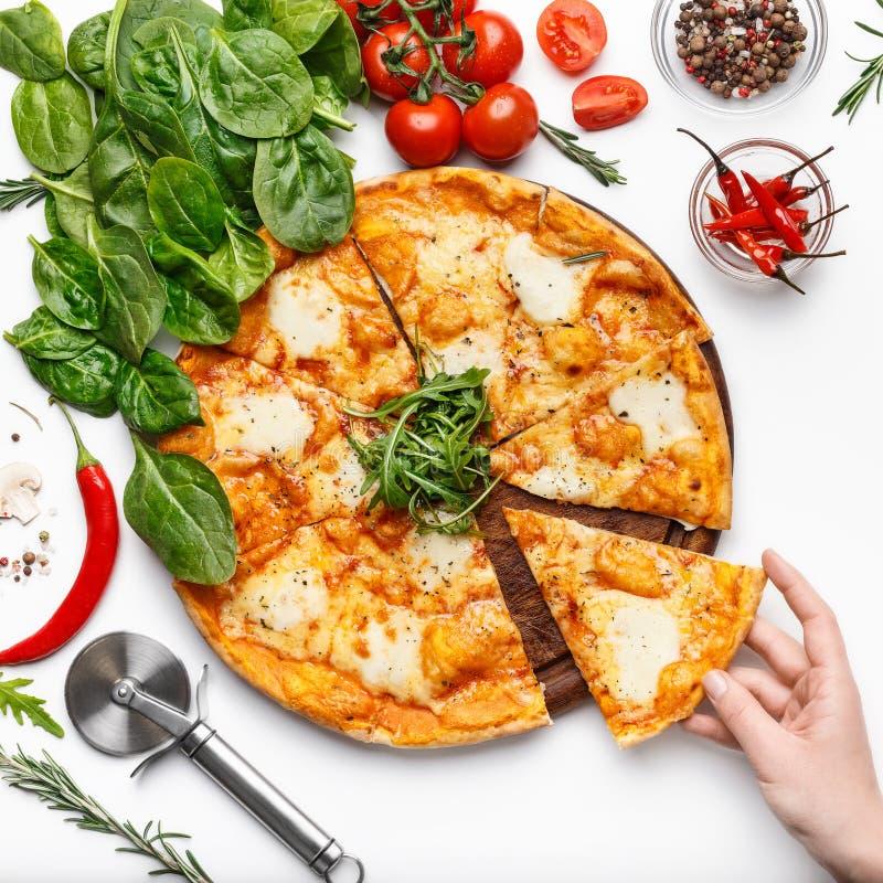 Vrouw die plak van kaasachtige pizza, gewas nemen stock afbeelding