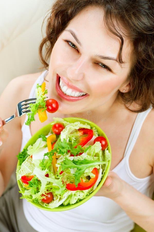 Vrouw die Plantaardige Salade eet royalty-vrije stock foto