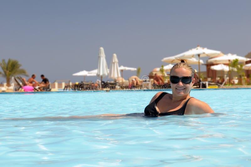Vrouw die in pool zwemt stock fotografie
