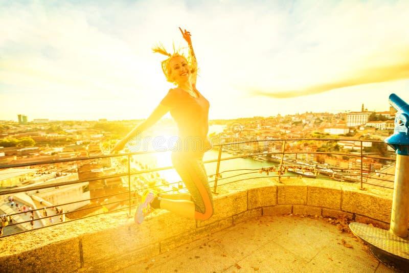 Vrouw die in Porto springen royalty-vrije stock fotografie