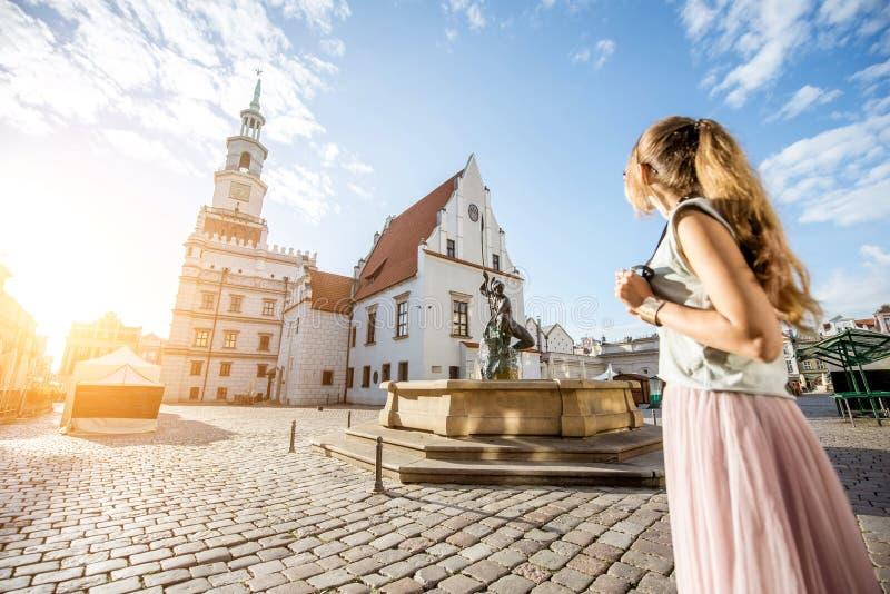 Vrouw die in Poznan, Polen reizen stock foto