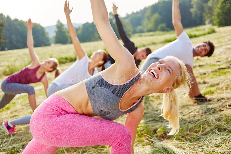 Vrouw die pret in aerobicsklasse hebben royalty-vrije stock foto