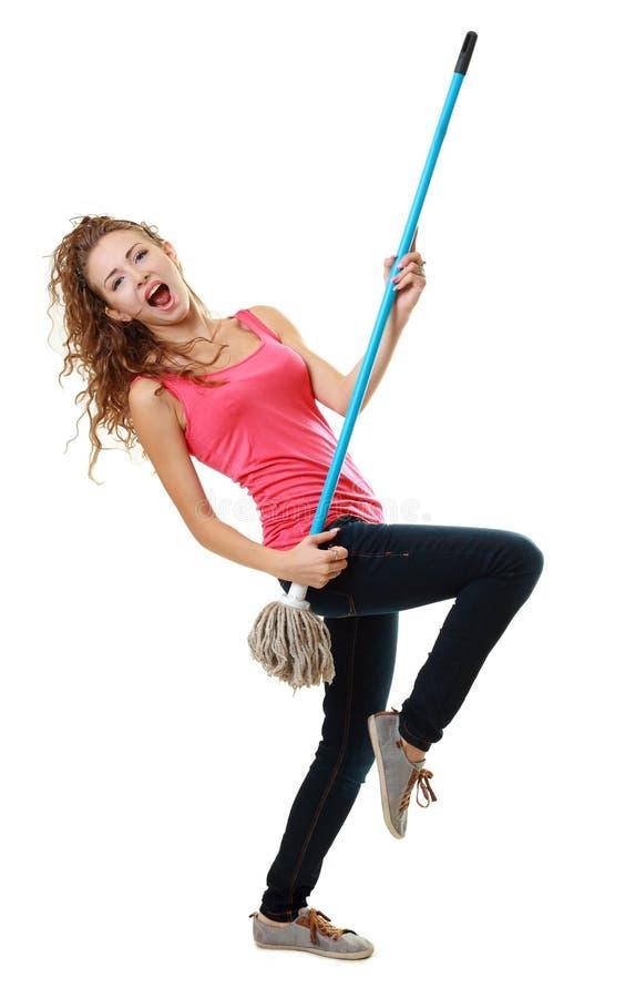 Vrouw die pret heeft door luchtgitaar te spelen stock fotografie