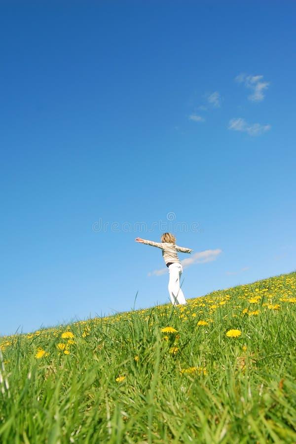 Vrouw die pret op de lente mea heeft stock afbeeldingen