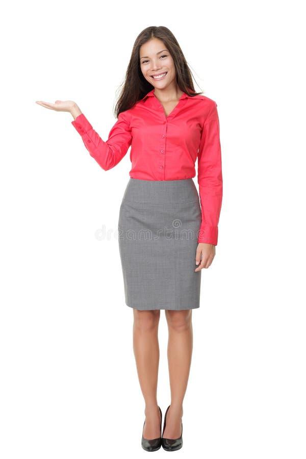 Vrouw die product toont stock afbeeldingen