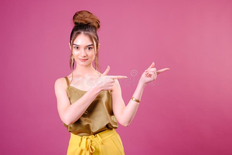 Vrouw die product toont Mooi meisje die aan de kant richten Het voorstellen van uw product Expressieve gelaatsuitdrukkingen royalty-vrije stock afbeelding