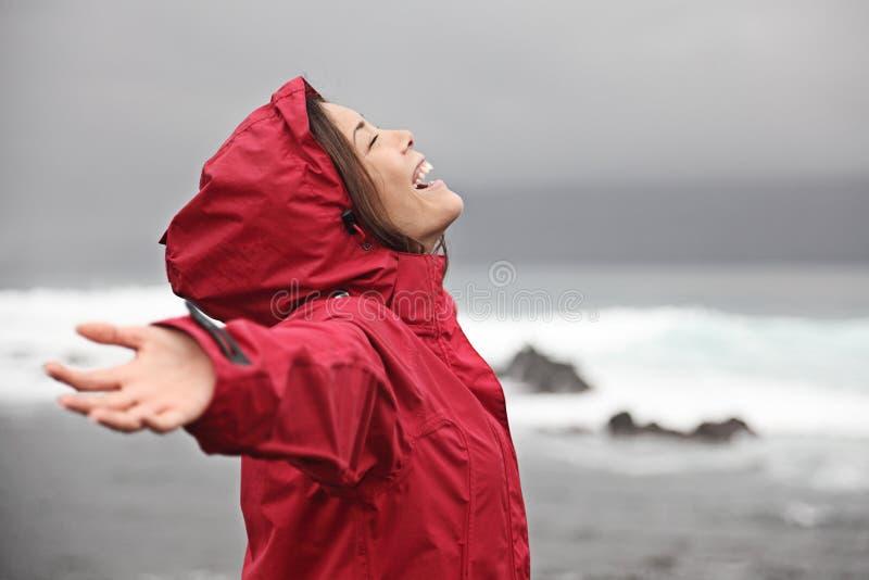 Vrouw die regen van weer geniet royalty-vrije stock afbeeldingen