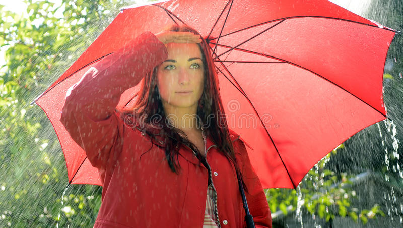 Vrouw die regen zoekt royalty-vrije stock foto's