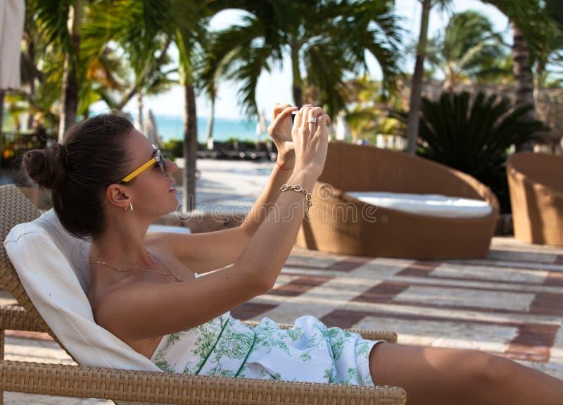 Vrouw die reisbeeld met telefoon nemen stock foto