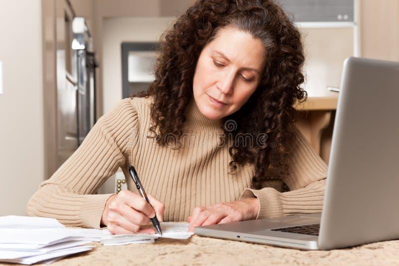 Vrouw die rekeningen betaalt royalty-vrije stock afbeeldingen