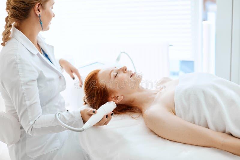 Vrouw die rf-opheft in een schoonheidssalon krijgen Moderne technologieën in de kosmetiek royalty-vrije stock foto's