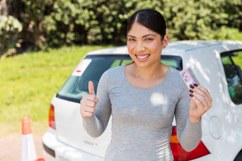 Vrouw die rijbewijs tonen royalty-vrije stock afbeeldingen