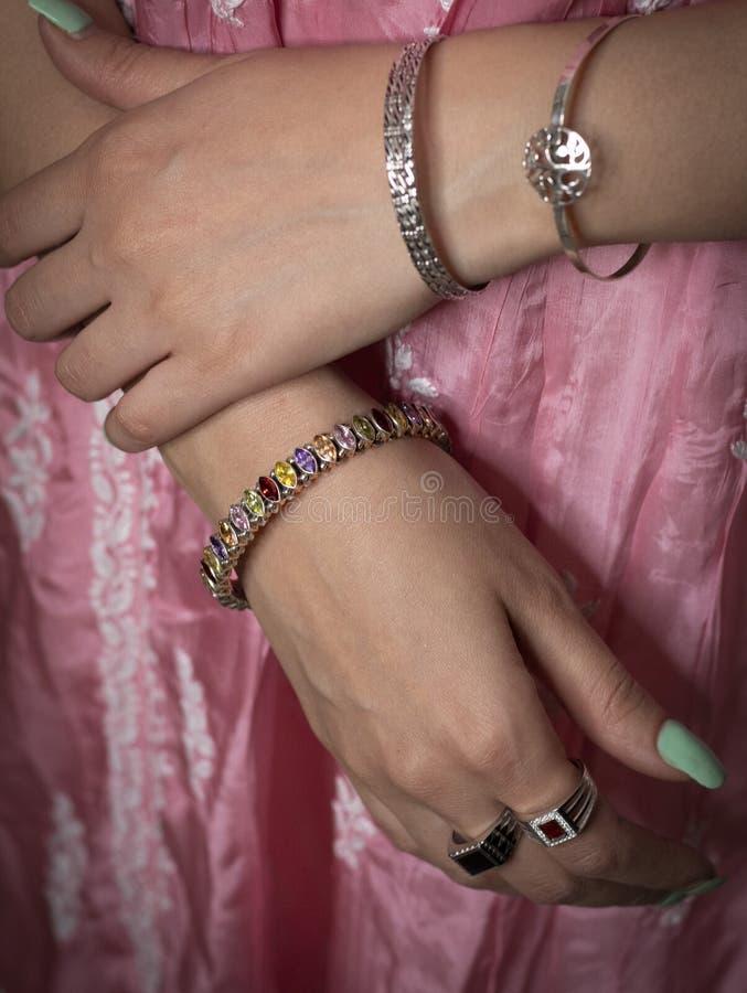 Vrouw die ring en armbandjuwelen dragen stock foto