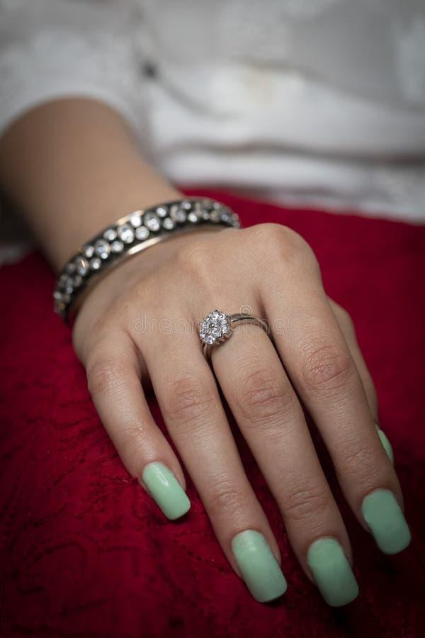 Vrouw die ring en armbandjuwelen dragen royalty-vrije stock fotografie