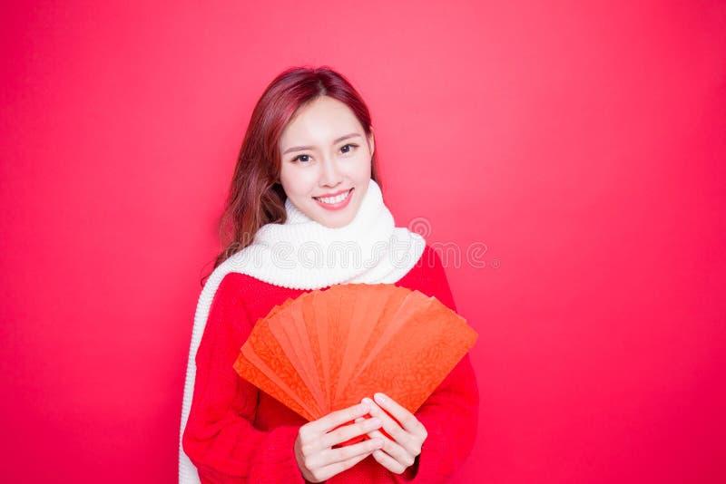 Vrouw die rode envelop houden stock afbeeldingen