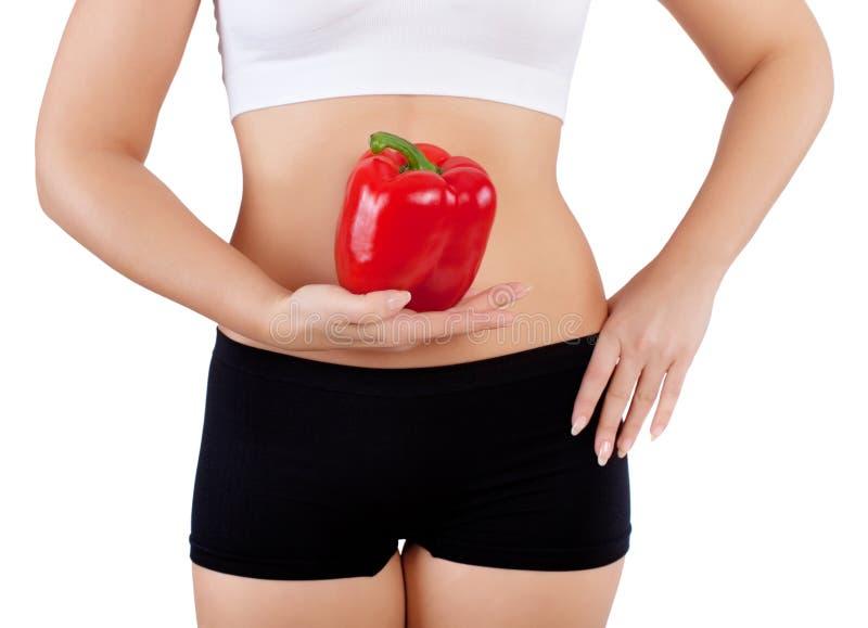 Vrouw die rode groene paprika houden royalty-vrije stock foto's